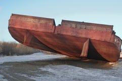 搁浅的巨大的驳船 库存照片