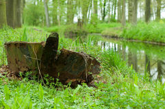 搁浅的生锈的小船 免版税库存图片