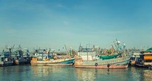 搁浅的老击毁船港口渔和旅行小船 泰国 免版税库存图片