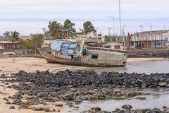 搁浅老船在海滩 库存照片