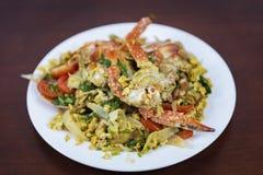 搅动与咖喱粉,泰国食物的油煎的螃蟹 库存图片