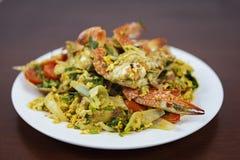 搅动与咖喱粉,特写镜头的油煎的螃蟹, 免版税库存图片