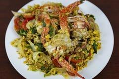 搅动与咖喱粉,特写镜头,在woode的泰国食物的油煎的螃蟹 库存图片