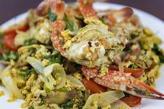 搅动与咖喱粉,特写镜头,泰国食物的油煎的螃蟹 免版税库存图片