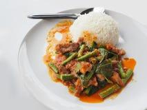 搅动与咖喱酱,泰国食物的油煎的猪肉 库存照片