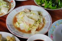 搅动与牡蛎调味汁食谱的油炸物圆白菜在一块板材春节,中国中元节 免版税库存照片