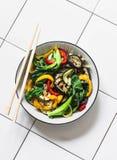 搅动在亚洲样式的油炸物菜 迅速烤了铁锅菜- choy的bok,茄子,甜椒,在光的夏南瓜 免版税图库摄影