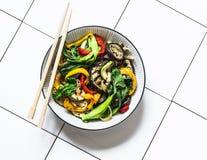 搅动在亚洲样式的油炸物菜 迅速烤了铁锅菜- choy的bok,茄子,甜椒,在光的夏南瓜 免版税库存图片