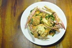 搅动在黄色咖喱的油煎的游泳者螃蟹在板材 库存照片