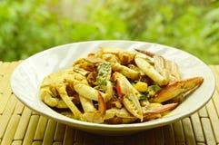 搅动在黄色咖喱的油煎的花螃蟹在盘 免版税库存图片