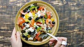 搅动新鲜蔬菜沙拉用乳酪希脂乳的女性手在厨房里 混合菜 特写镜头 免版税库存图片