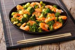 搅动油炸物用虾、硬花甘蓝和大蒜-中国食物 clos 免版税库存照片