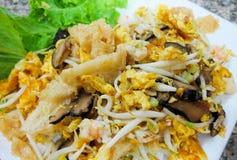 搅动油炸物鱼鱼鳔用鸡蛋和菜 免版税库存照片