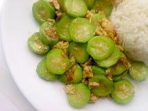 搅动油煎的夏南瓜用鸡蛋用在白色盘的米有白色背景 素食食物&健康食物 库存照片
