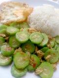 搅动油煎的夏南瓜用鸡蛋用在白色盘的米有白色背景 素食食物&健康食物 库存图片