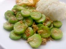 搅动油煎的夏南瓜用鸡蛋用在白色盘的米有白色背景 素食食物&健康食物 免版税库存照片