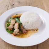 搅动油煎的无头甘蓝用酥脆猪肉-中国食物 免版税库存图片