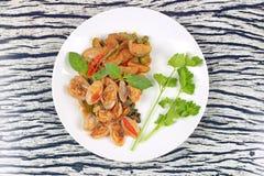 搅动油煎的蛤蜊和茄子与烤辣椒酱 免版税图库摄影