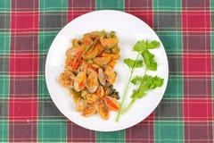 搅动油煎的蛤蜊和茄子与烤辣椒酱 免版税库存图片