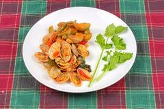 搅动油煎的蛤蜊和茄子与烤辣椒酱 库存照片