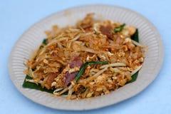 搅动油煎的面条或烧焦Koay在板材服务的Teow 免版税库存图片
