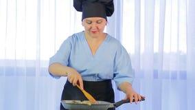 搅动菜的妇女油煎在有鸡的一个平底锅 影视素材