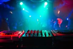 搅拌器和一个DJ摊在一个党的夜总会有散开明亮的背景 免版税库存图片