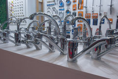 搅拌器和有益健康的产品各种各样的样品在柜台 库存照片