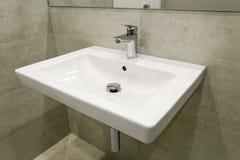 搅拌器和水槽在一个现代卫生间里 免版税图库摄影