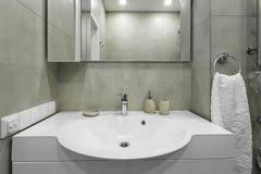 搅拌器和水槽在一个现代卫生间里 免版税库存照片