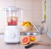搅拌器用在厨房工作台面的切的葡萄柚 库存图片