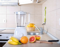 搅拌器用在厨房工作台面的切的葡萄柚 库存照片