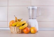 搅拌器用在厨房工作台面的果子 库存图片
