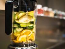 搅拌器用新鲜的水果和蔬菜一名绿色圆滑的人的 免版税库存图片