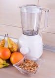 搅拌器用果子和坚果在厨房工作台面 库存图片