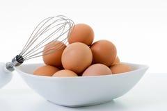 搅蛋器用鸡蛋 库存照片