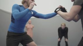 搏斗在健身房关闭的两个人  设法两架的战斗机互相劫掠 一个人采取在的对手的手 股票视频