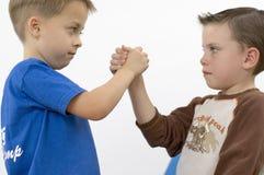 搏斗的男孩 库存照片