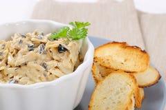搓碎干酪涂用橄榄和油煎方型小面包片 免版税库存图片
