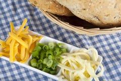 搓碎干酪用春天葱和种子面包 免版税库存照片