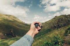 搜寻与指南针在夏天山,观点射击的人探险家方向 库存照片