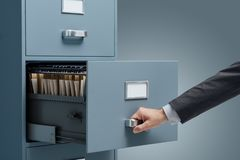 搜寻在档案橱柜的职员文件 免版税库存图片