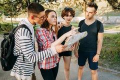 搜寻城市地图的小组朋友地点 库存照片