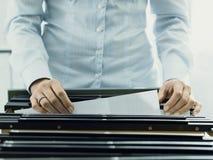 搜寻文件的办公室工作者在档案里 免版税图库摄影