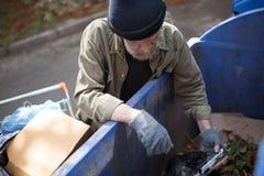 搜查在垃圾箱的流浪者顶视图 图库摄影