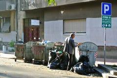搜查通过垃圾的人 免版税库存图片