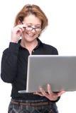 搜索互联网的白种人女商人 免版税库存图片