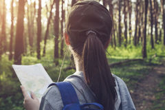搜寻一个正确的方式的游人使用地图 库存图片