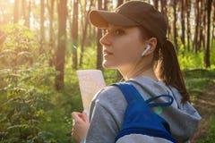 搜寻一个正确的方式的游人使用地图 免版税库存图片
