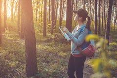 搜寻一个正确的方式的游人使用地图 免版税库存照片